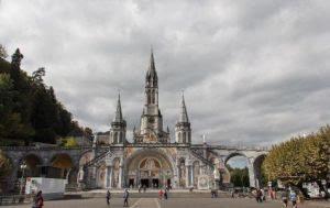 O Santuário Nossa Senhora de Lourdes é um dos locais sagrados mais visitados no mundo. Ele recebe cerca de 350.000 peregrinos a cada ano e milhares de turistas em busca de um ambiente de paz e bençãos.