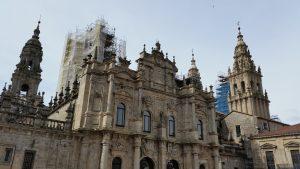 Destino de uma das principais caminhos sagrados de peregrinação do mundo, Santiago de Compostela recebeu cerca de 330 mil peregrinos de quase 200 países diferentes só em 2018, segundo as últimas estatísticas oficiais.
